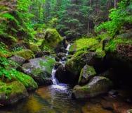 Grote waterval in het midden van de rots royalty-vrije stock foto's