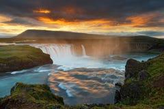 Grote waterval in wild landschap in het avond licht royalty-vrije stock afbeelding