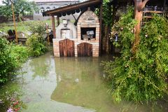 Grote watervloed na massieve onweersregen De tuin en de installaties zijn behandeld met vuil water Vele schade na zwaar stock foto