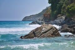 Grote wawes op de zeekust stock afbeeldingen