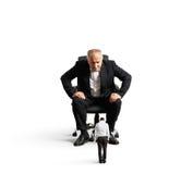 Grote werkgever die kleine slechte arbeider bekijken Royalty-vrije Stock Foto's