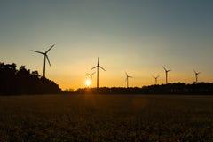 Grote Windturbines in zonsondergang Stock Afbeeldingen