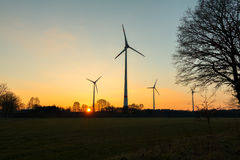 Grote Windturbines in zonsondergang Stock Fotografie