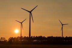 Grote Windturbines in zonsondergang Royalty-vrije Stock Foto
