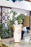 Grote witte ceramische vaas met witte kunstmatige rozen Royalty-vrije Stock Afbeeldingen