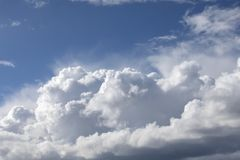 Grote witte cumuluswolken op blauwe hemel Stock Afbeeldingen