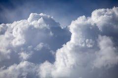 Grote witte cumuluswolken op blauwe hemel Royalty-vrije Stock Afbeeldingen