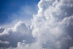 Grote witte cumuluswolken op blauwe hemel Stock Foto
