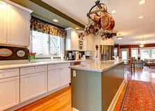 Grote witte en groene keuken met hardhoutvloer. Royalty-vrije Stock Fotografie