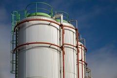 Grote Witte gaz en brandstofopslagtanks Royalty-vrije Stock Afbeeldingen