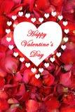 Grote witte hartrand met kleinere harten op droge roze bloemblaadjeachtergrond Stock Foto