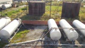 Grote witte Industriële tanks voor benzine en olie voorraad Brandstoftanks bij het tanklandbouwbedrijf Grote Industriële olietank stock footage