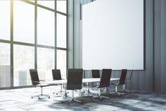 Grote witte lege affiche op de muur in de ruimte van de zolderconferentie bij su Stock Foto