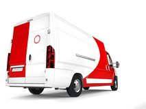 Grote witte leveringsbestelwagen met rode details - achterclose-upschot stock illustratie