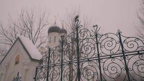 Grote witte Orthodoxe Kerk De camera is in motie Gefilmd van achter de omheining van de tempel De mening van de buitenkant stock footage