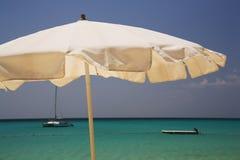 Grote witte parasol in Okinawa Royalty-vrije Stock Fotografie