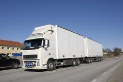 Grote witte vrachtwagen op land-r Royalty-vrije Stock Fotografie