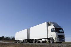 Grote witte vrachtwagen op land-r Stock Fotografie