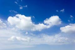 Grote witte wolk en bluesky Stock Foto's