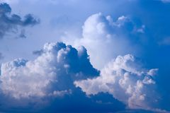 Grote witte wolk op blauwe hemel Hemelmening Royalty-vrije Stock Afbeelding