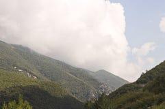 Grote witte wolk over de Sibillini-Bergen royalty-vrije stock afbeelding
