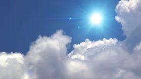 Grote witte wolken met zon over de schone diepe blauwe hemel stock footage