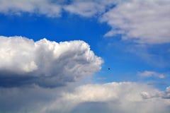 Grote witte wolken op blauwe hemel Royalty-vrije Stock Foto's