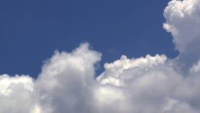 Grote witte wolken over de schone diepe blauwe hemel stock videobeelden