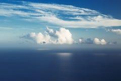 Grote wolk die over de oceaan wordt gehangen Stock Afbeeldingen