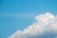 Grote wolk en blauwe hemel Royalty-vrije Stock Afbeeldingen