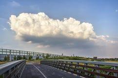 Grote wolk op een de zomeravond Stock Fotografie