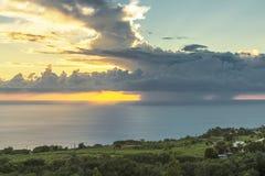 Grote wolk tijdens zonsondergang bij het Eiland van La Réunion Stock Afbeelding