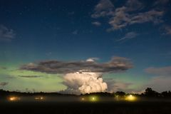 Grote wolk voor noordelijke lichten stock afbeelding