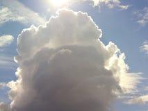 Grote wolken brengende regen stock foto