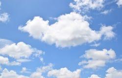 Grote wolken en blauwe hemel Stock Afbeeldingen