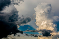Grote wolken op hemel Royalty-vrije Stock Afbeeldingen