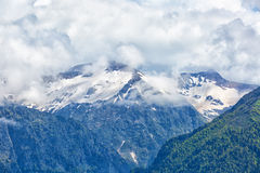 Grote wolken over bergen Stock Foto's