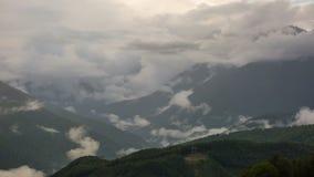 Grote wolken over bergpieken, de Kaukasus stock videobeelden