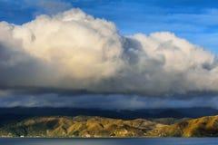 Grote wolken over kustbergen Royalty-vrije Stock Afbeeldingen