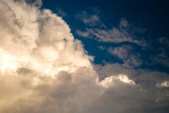 Grote wolken sunshiny op hemel royalty-vrije stock foto's