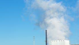 Grote wolken van stoom die van een fabriek toenemen Stock Afbeelding