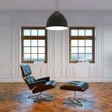 Grote woonkamer met zitkamerstoel in centrum en grote vensters Royalty-vrije Stock Afbeeldingen