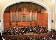 Grote zaal van serre in Moskou. Orkest Royalty-vrije Stock Afbeeldingen