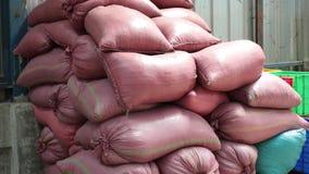 Grote zakken koffie bij een koffiefabriek