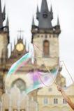 Grote zeepbel met Kerk van Maagdelijke Mary Before Tyn op achtergrond royalty-vrije stock foto's
