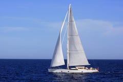 Grote zeilboot die in de Middellandse Zee varen royalty-vrije stock afbeelding