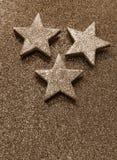 Grote zilveren sterren op heldere glitteryachtergrond Royalty-vrije Stock Afbeeldingen