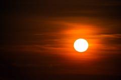 Grote zonschijf bij zonsondergang Royalty-vrije Stock Fotografie