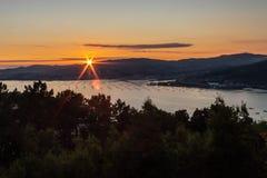 Grote zonsondergang achter het overzees royalty-vrije stock foto