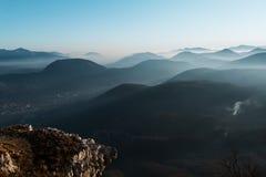 Grote zonsondergang op bergen met mist Royalty-vrije Stock Fotografie